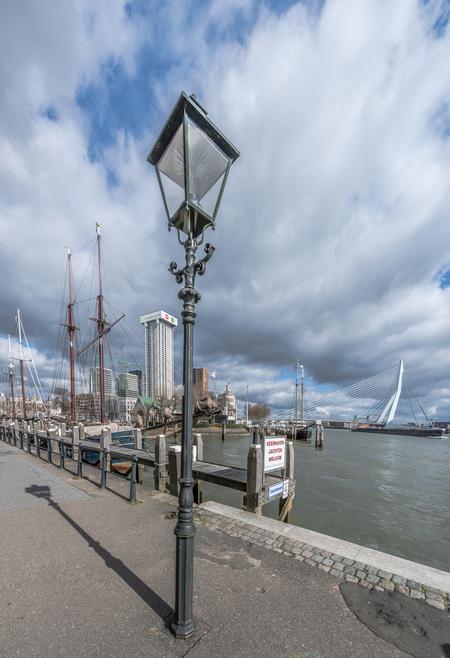 De Lantaarnpaal - 3 verticale foto's van 14mm samengevoegd in lightroom - foto door Sjvdp op 07-03-2021 - deze foto bevat: wolken, uitzicht, gebouw, brug, straatfotografie, toerisme, reisfotografie