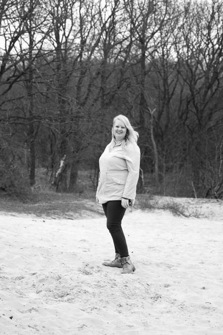 Black and white full body portret - Full body portret van Rianne. Gekozen voor zwart-wit om het beeld net wat extra's te geven. - foto door Mirr91 op 26-02-2021 - deze foto bevat: vrouw, mensen, portret, model, daglicht, zwartwit, fotoshoot