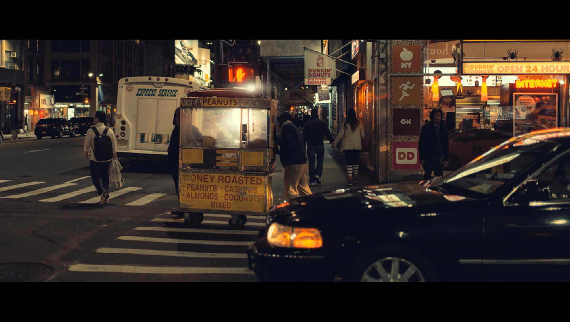 Roasted - [view full screen in a dark setting] - foto door CHRIZ op 14-09-2018 - deze foto bevat: mensen, straat, licht, avond, nyc, nacht, film, manhattan, straatfotografie, 35mm, New York, cinematic, cinematic street