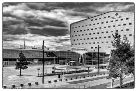 Eindhoven airport in corona dreiging - - - foto door germa-m op 02-07-2020 - deze foto bevat: gebouw, eindhoven, zwartwit, luchthaven, verlaten
