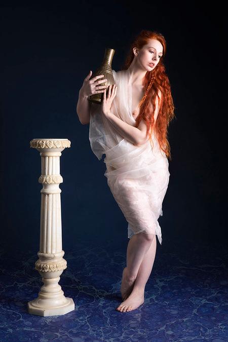 Uit oude tijden. - model Angharada - foto door jhslotboom op 01-11-2020 - deze foto bevat: oud, rood, haar, nude, grieks, geschiedenis, zuil, kruik, pilaar, roodharig, marmer, topless, gewaad