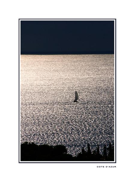 Nazomer - De nazomer in Zuid Frankrijk. Overdag nog een felle zon met in de namiddag soms fikse buien. Dat levert vaak mooie luchten en vergezichten op. Om het - foto door lokkjja op 27-11-2008 - deze foto bevat: lucht, zon, strand, zee, water, regen, boot, avond, vakantie, frankrijk, onwer