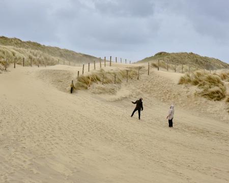 Nog een klein stukje maar - Strandopgang bij Wassenaar - foto door Eugenio op 11-04-2021 - deze foto bevat: natuur, duinen, wind, strand, zand, wolk, lucht, helling, fabriek, landschap, recreatie, strand, horizon, mensen in de natuur, weg