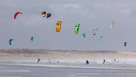 Kleurrijke Kite Surfers - Het was leuk om ze afgelopen weekend te zien met stormachtige omstandigheden - foto door Vincentvanthof op 29-03-2021 - deze foto bevat: water, natuur, kite, golven, actie, snelheid, surfen, kitesurfen, beweging, watersport, springen, ijmuiden