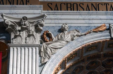 detail in barokkerk liggend op de boog van een arcade 610087789Rmnw