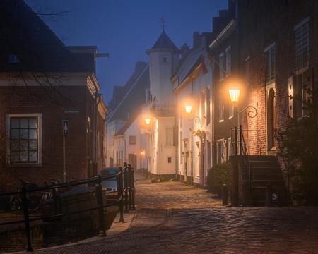 Mistige binnenstad - De historische binnenstad van Amersfoort in de mist. - foto door jlinnenkamp op 09-01-2020 - deze foto bevat: avond, mist, nacht, nederland, nachtfotografie, historisch, amersfoort, middeleeuws, avondfotografie, blauwe uur