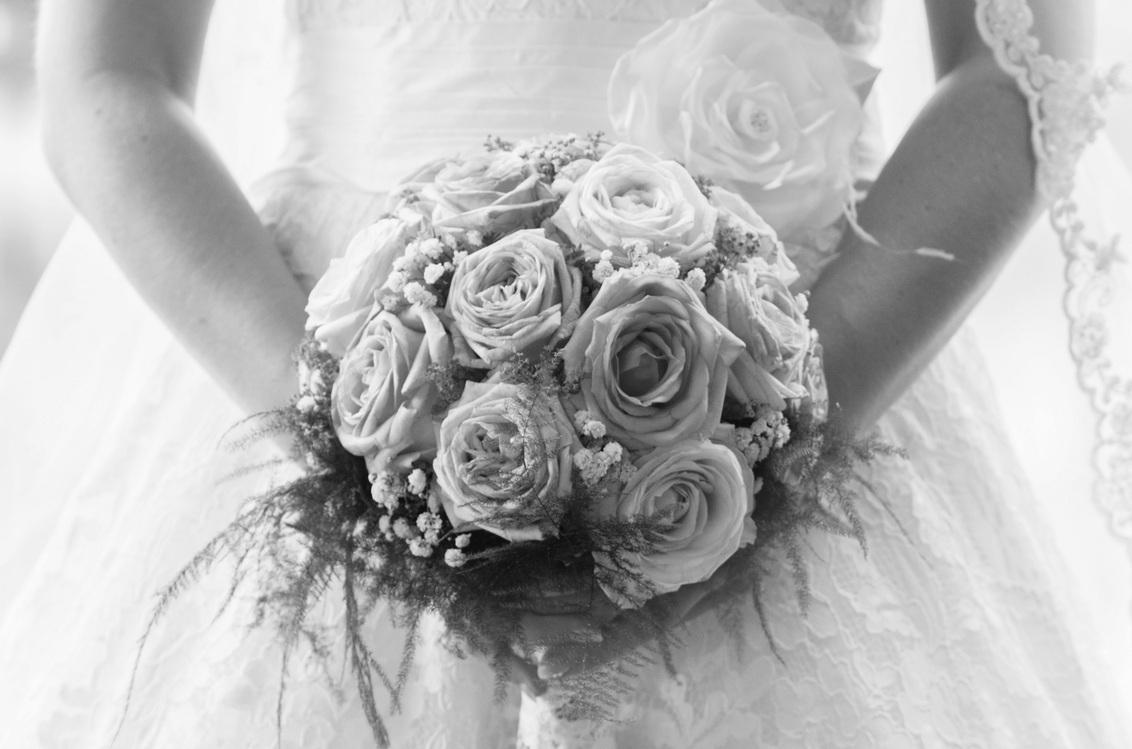 The bouquet - - - foto door ilsenijland op 04-08-2014 - deze foto bevat: boeket, zwartwit, bruid, bruiloft