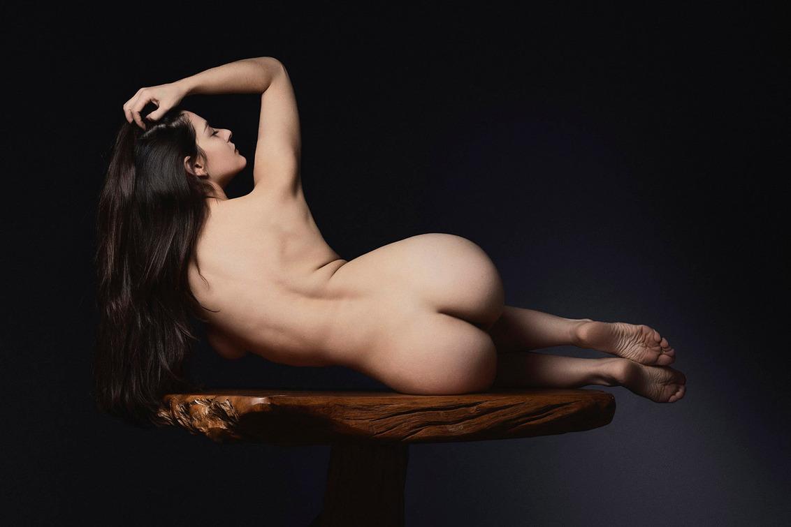 High Upon A Pedestal - Pris Mundar - foto door jhslotboom op 28-11-2020 - deze foto bevat: vrouw, tafel, licht, model, erotiek, naakt, pose, studio, houten, klassiek, liggen, artistiek, voetstuk, liggend naakt, pedestal