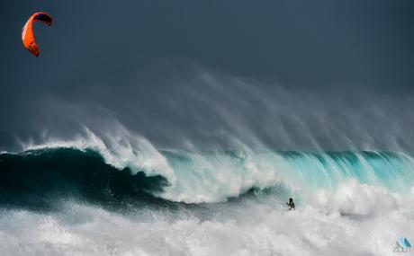 Kitesurfer in de golven