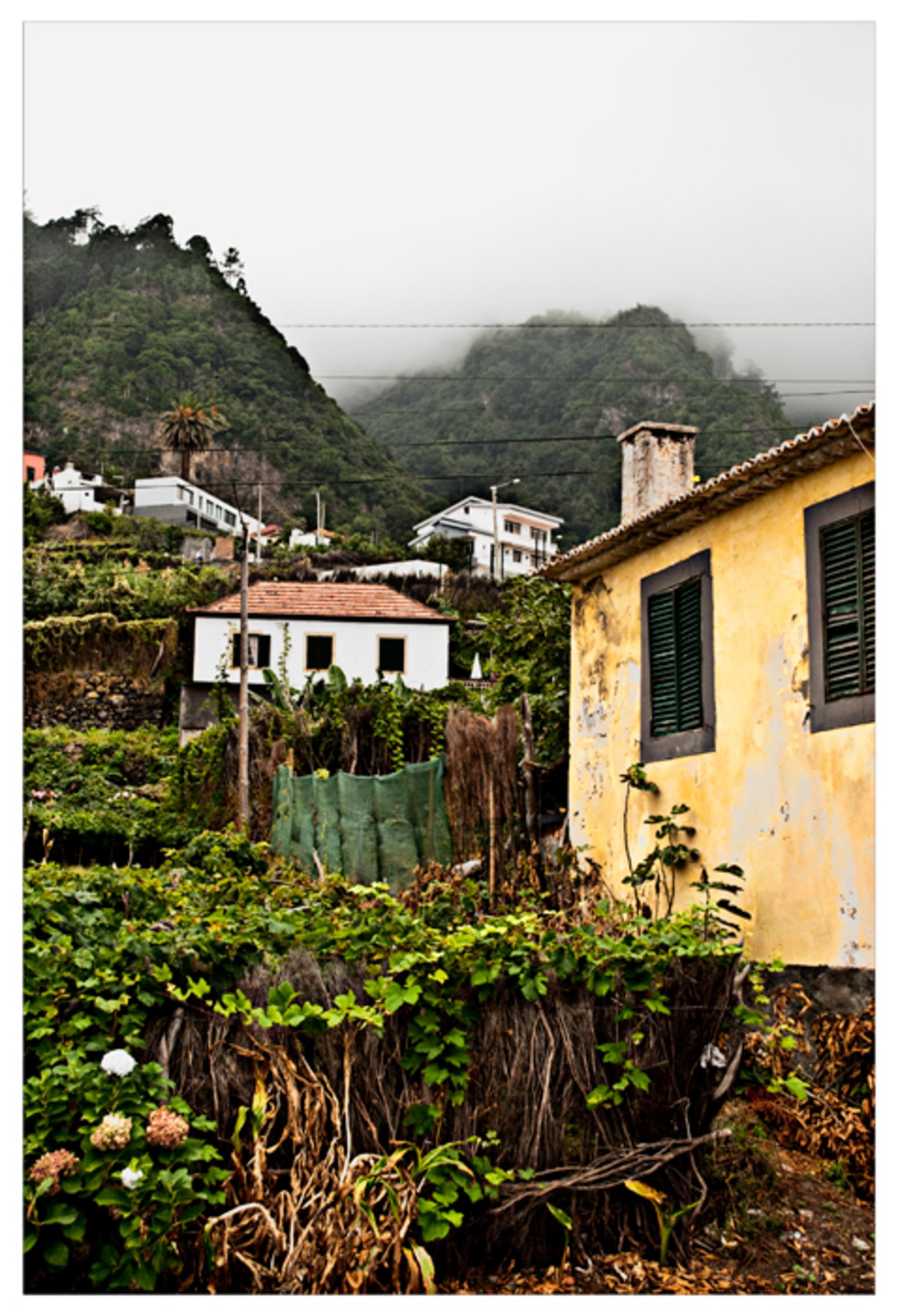 Ghost Town - Land: Portugal Eiland: Madeira Stad: Santana  Dit prachtig authentieke dorpje werd langzaam opgeslokt door de laaghangende wolken. - foto door Spanish op 16-09-2009 - deze foto bevat: wolken, mist, portugal, berg, ghost, spanish, funchal, town, maderia - Deze foto mag gebruikt worden in een Zoom.nl publicatie