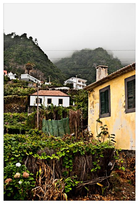 Ghost Town - Land: Portugal Eiland: Madeira Stad: Santana  Dit prachtig authentieke dorpje werd langzaam opgeslokt door de laaghangende wolken. - foto door Spanish op 16-09-2009 - deze foto bevat: wolken, mist, portugal, berg, ghost, spanish, funchal, town, maderia