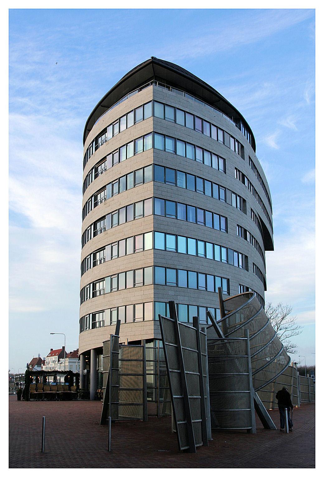 Strandveste - Een ander prachtig gebouw op de Vlissingse boulevard is de Strandveste. Gebouwd in de vorm van een gigantisch zeeschip! - foto door WPP op 07-12-2006 - deze foto bevat: architectuur, vlissingen, boulevard, strandveste, wts