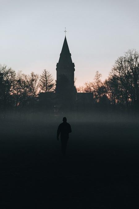 Mood. - Prachtige wandeling op zondagavond.  Volg me gerust op: https://www.facebook.com/ShotByCanipel/ https://www.instagram.com/canipel/ - foto door canipel op 12-01-2021 - deze foto bevat: lucht, kleur, uitzicht, abstract, licht, avond, landschap, silhouet, kerk, gebouw, nacht, perspectief, wandelen, belgie, tonemapping