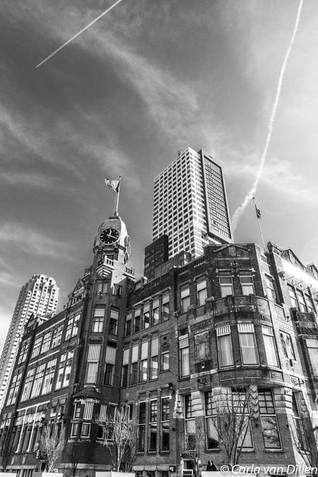 When old meets new - Hotel New York met op de achtergrond een enorme woontoren.  - foto door Laatje77 op 15-04-2021 - locatie: Rotterdam, Nederland - deze foto bevat: architectuur, gebouwen, zwartwit, wolk, gebouw, lucht, wolkenkrabber, venster, wit, zwart, infrastructuur, zwart en wit, torenblok