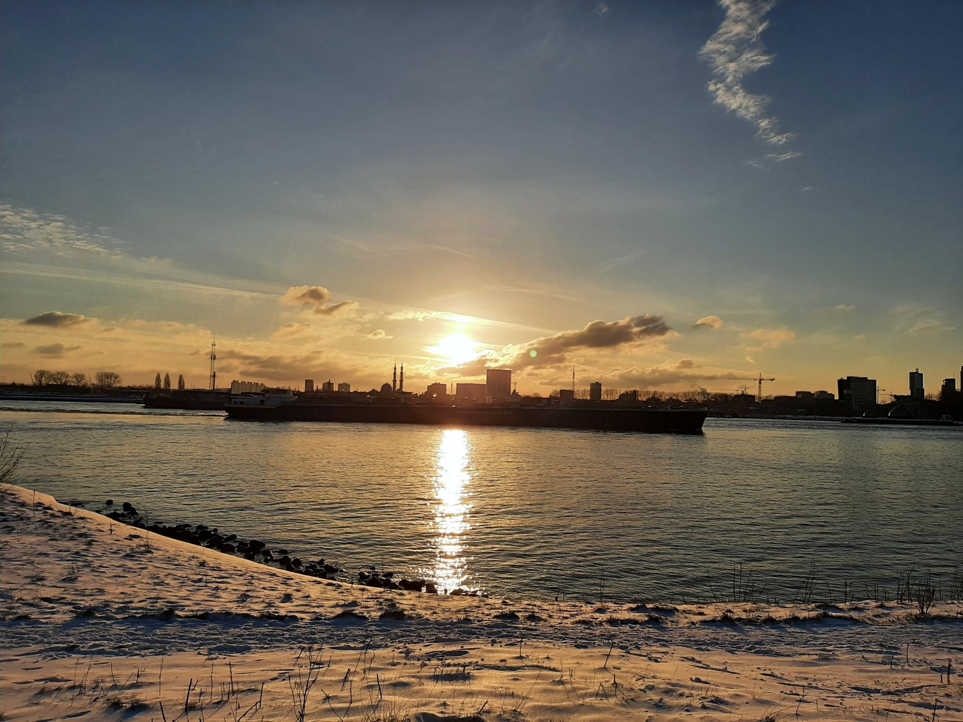 zonsondergang - Deze foto, is gemaakt langs de Maas. - foto door speed-560 op 08-04-2021 - locatie: Rotterdam, Nederland - deze foto bevat: wolk, water, lucht, watervoorraden, atmosfeer, dag, nagloeien, natuur, schemer, zonsondergang