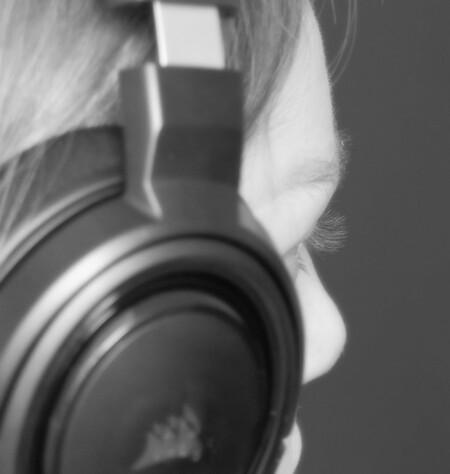 De gamer - De jongeren komen de coronatijd door met gamen. - foto door MANL op 12-04-2021 - locatie: Deventer, Nederland - deze foto bevat: flitsfotografie, grijs, brillen, geluidsapparatuur, camera lens, drinkwaren, gadgets, wimper, camera's en optica, koptelefoon