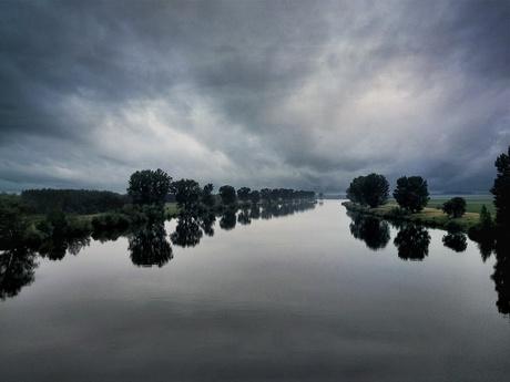 Een mistige dag met reflecties op het water