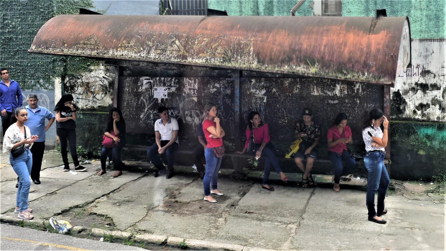 BUSHALTE BRAZILIE - OPNAME GENOMEN UIT DE BUS, EEN BUSHALTE............. - foto door jh- op 15-04-2021 - deze foto bevat: schoenen, jeans, broek, mens, infrastructuur, tempel, reizen, vrije tijd, menigte, kunst