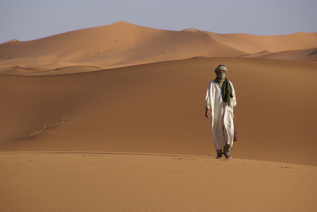Man in Marokkaanse woestijn
