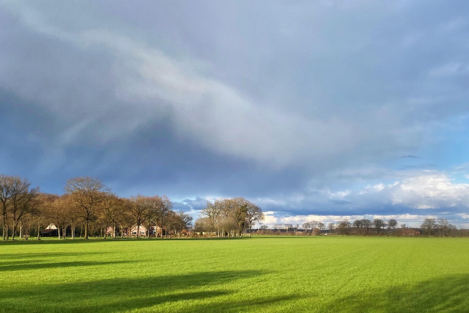 Land en lucht - Een foto vanaf ongeveer dezelfde plek als gisteren. - foto door Jan3005 op 13-04-2021 - deze foto bevat: wolk, lucht, fabriek, atmosfeer, natuur, natuurlijk landschap, boom, land veel, gras, grasland