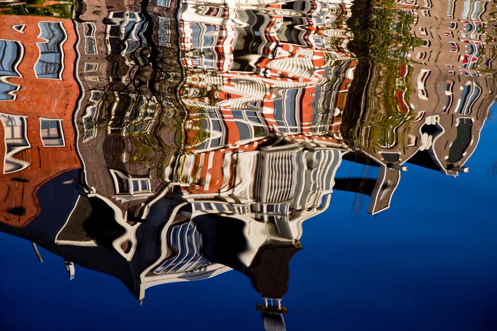 Water - Een fraai kleurenspel in de Amsterdamse grachten - foto door Maragmar op 10-08-2012 - deze foto bevat: amsterdam, kleur, abstract, water, lijnen, gebouw, golven, gracht, huizen, weerspiegeling, kleurenspel, gevels, vloeibaar, grachtenpanden, moderne kunst