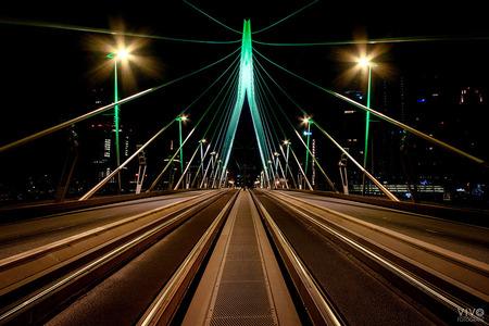 Erasmusbrug Rotterdam - De Erasmusbrug in de stads kleuren groen en wit. Nog nooit meegemaakt; geen verkeer. - foto door Vivo op 29-03-2020 - deze foto bevat: rotterdam, stad, erasmusbrug, nacht, nachtfotografie, straatfotografie