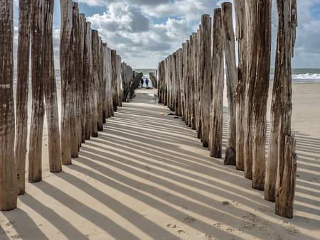 strandpalen Westenschouwen Zeeland - Strandpalen op strand Westenschouwen Zeeland. - foto door fastpike op 10-10-2020 - deze foto bevat: wolken, zon, zee, licht, landschap, schaduw, zeeland, nederland, strandpalen, westenschouwen