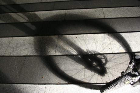 Mountainbike voorvork in de schaduw