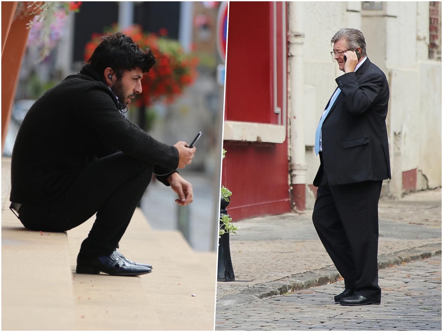 bellen...... - - - foto door onne1954 op 10-04-2021 - deze foto bevat: straatfotografie, telefoon, schoenen, schoen, been, mens, straatmode, mode, mouw, staand, gebaar, blazer