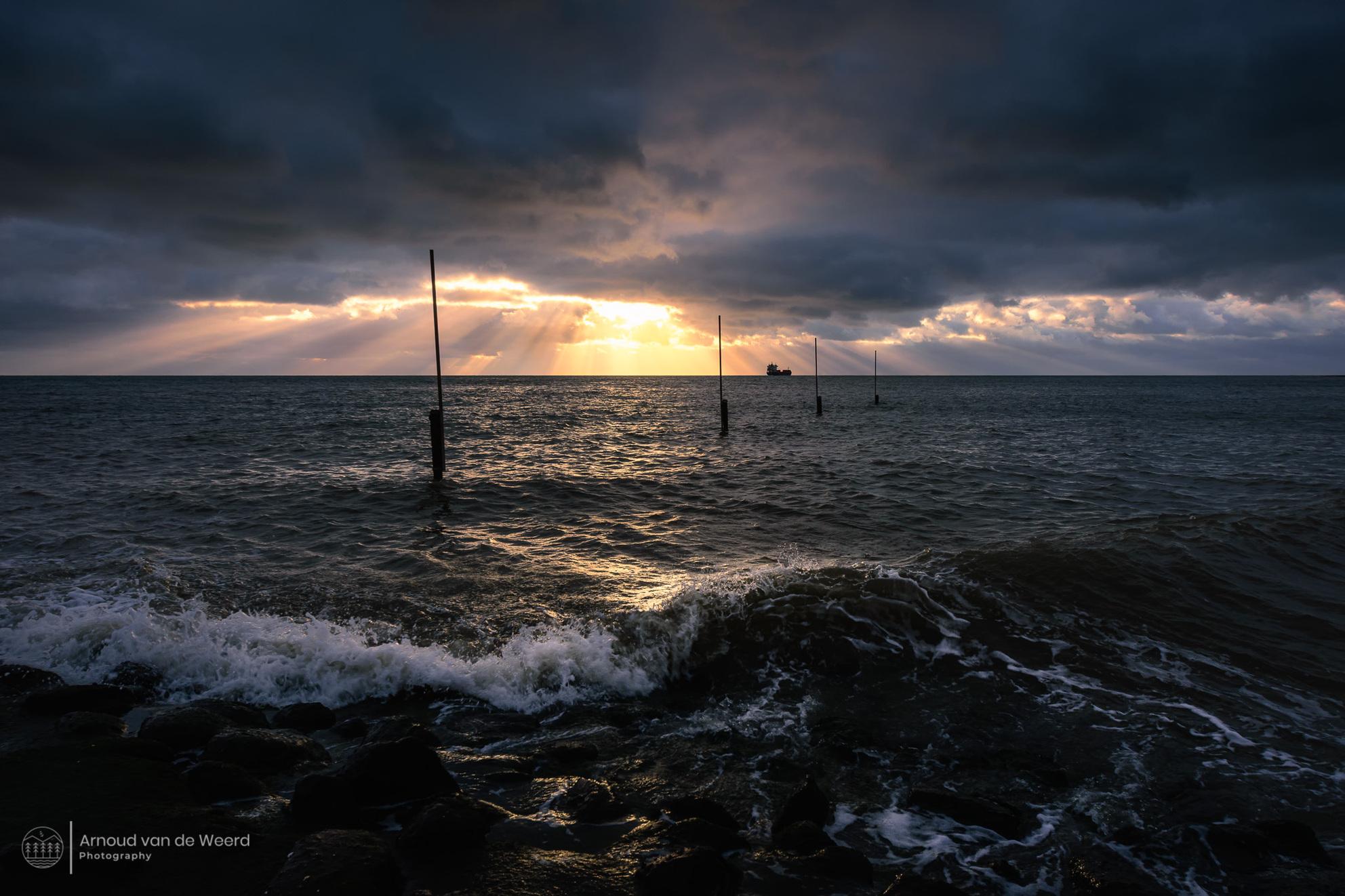 Oculus - Een paar seconden met mooi licht is soms het enige wat je krijgt om een foto te maken. Niet lang na het maken van deze foto trok het wolkendek weer d - foto door Arnoud78 op 08-04-2021 - deze foto bevat: zeeland, vlissingen, zonsondergang, strand, donker, zonlicht, zonneharp, dreigend, wolk, water, lucht, atmosfeer, nagloeien, vloeistof, schemer, boom, zonsondergang, kust- en oceanische landvormen