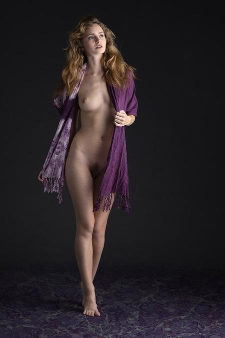 Purple - model Evelyn Sommer - foto door jhslotboom op 07-04-2021 - deze foto bevat: purple, paars,, model, vrouw, naakt, nude, art, erotisch, been, flitsfotografie, taille, badkleding, knie, dij, op blote voeten, kunstmodel, elektrisch blauw, voet