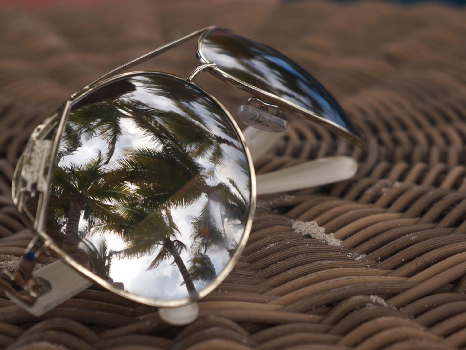Vakantie reflectie - Op en top vakantiegevoel door de reflectie van de palmbomen in mijn zonnebril! - foto door MvRijbroek op 24-06-2015 - deze foto bevat: vakantie, reflectie, zomer, zonnebril, palmbomen, reisfotografie - Deze foto mag gebruikt worden in een Zoom.nl publicatie