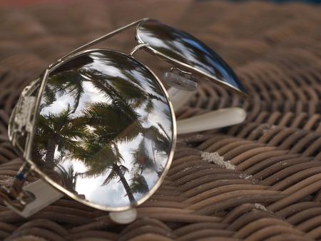 Vakantie reflectie - Op en top vakantiegevoel door de reflectie van de palmbomen in mijn zonnebril! - foto door MvRijbroek op 24-06-2015 - deze foto bevat: vakantie, reflectie, zomer, zonnebril, palmbomen, reisfotografie