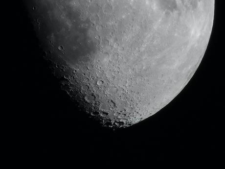 2020-05-04 De Maan, 12 dagen naar Nieuwe maan 10x1/200 sec. De krater Clavius