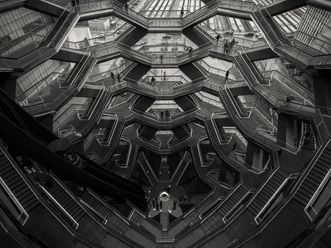 Eindeloze Trappen - Prachtige honingraat aan trappen - foto door VacantPhotography op 06-02-2021 - deze foto bevat: lijnen, architectuur, gebouw, kunst, stad, perspectief, zwartwit