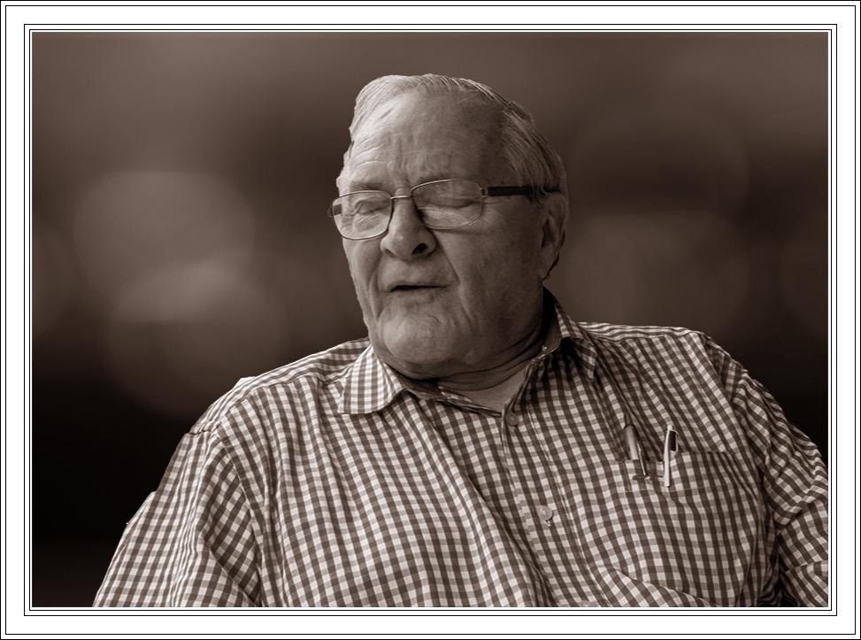 Ik ben een uiltje aan het vangen. - Deze man zal in een gezellig cafeetje aan een tafeltje. - foto door jos1953 op 11-04-2021 - locatie: Gent, België - deze foto bevat: bril, kin, mouw, overhemd, halsband, rimpel, gelukkig, momentopname, monochrome fotografie, brillen