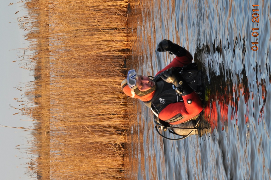 Nieuwjaarsduik 2011 - Elk jaar op 1 januari gaat de duikvereniging DTA uit Amsterdam Noord duiken in het Twiske.  En je handen bevriezen al bijna als je er net in bent. - foto door emerentiana op 06-01-2011 - deze foto bevat: nieuwjaar, duiken, renske, 2011