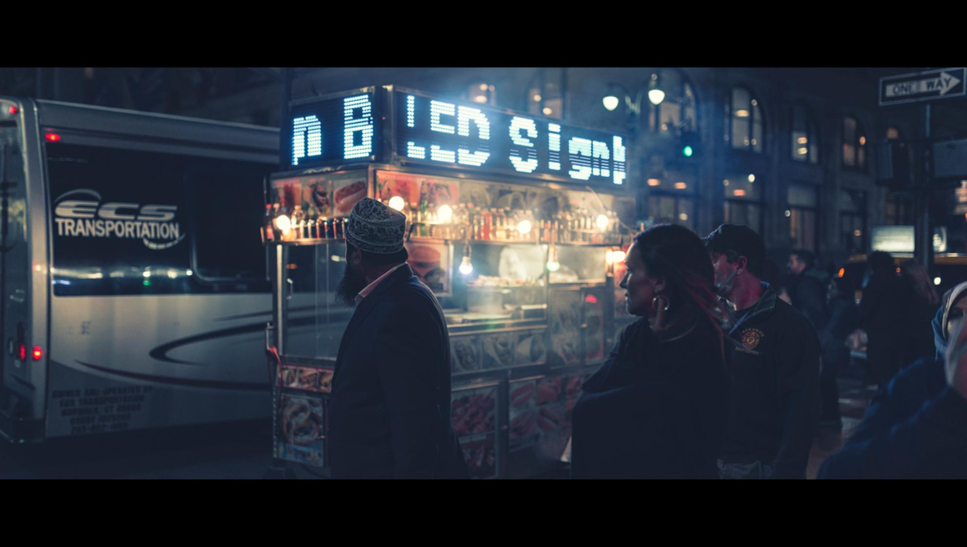 Signs - [view full screen in a dark setting] - foto door CHRIZ op 10-01-2019 - deze foto bevat: man, vrouw, mensen, straat, licht, avond, nyc, nacht, film, manhattan, straatfotografie, 35mm, New York, cinematic, cinematic street - Deze foto mag gebruikt worden in een Zoom.nl publicatie