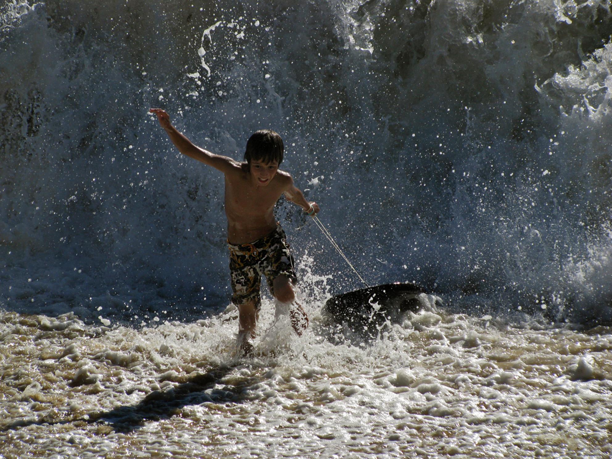 Rennen !! - Foto van mijn zoontje die werd overvallen door een wel heel grote golf. - foto door sancomes op 09-09-2011 - deze foto bevat: actie, rennen - Deze foto mag gebruikt worden in een Zoom.nl publicatie
