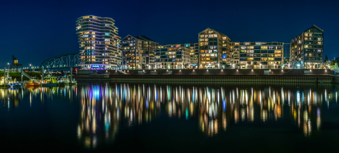 De kleurrijke Handelskade in Nijmegen. - 9 samengevoegde foto's van 30 seconden. - foto door KarstenRuss op 15-09-2020 - deze foto bevat: water, architectuur, reflectie, stad, nacht, lange sluitertijd