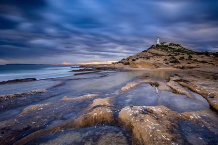 Lighthouse St Juan.... - Al regelmatig deze locatie bezocht, nu toch maar eens mijn camera meegenomen. Alicante Spanje. - foto door HenkPijnappels op 19-02-2019 - deze foto bevat: lucht, strand, zee, water, vuurtoren, natuur, licht, avond, zonsondergang, vakantie, spiegeling, landschap, bergen, lange sluitertijd