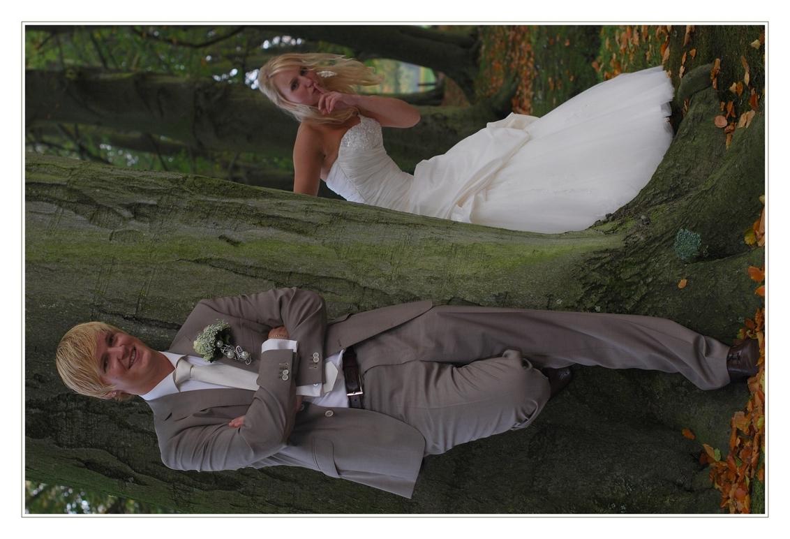 Sssst niets zeggen - Wederom op Landgoed Clingendael prachtig weer .Mede door het licht wat ook gefilterd werd door de bomen achter mij ,komen de herfstkleuren hier prima - foto door XIANG op 24-11-2010 - deze foto bevat: herfst, bruiloft.clingendael
