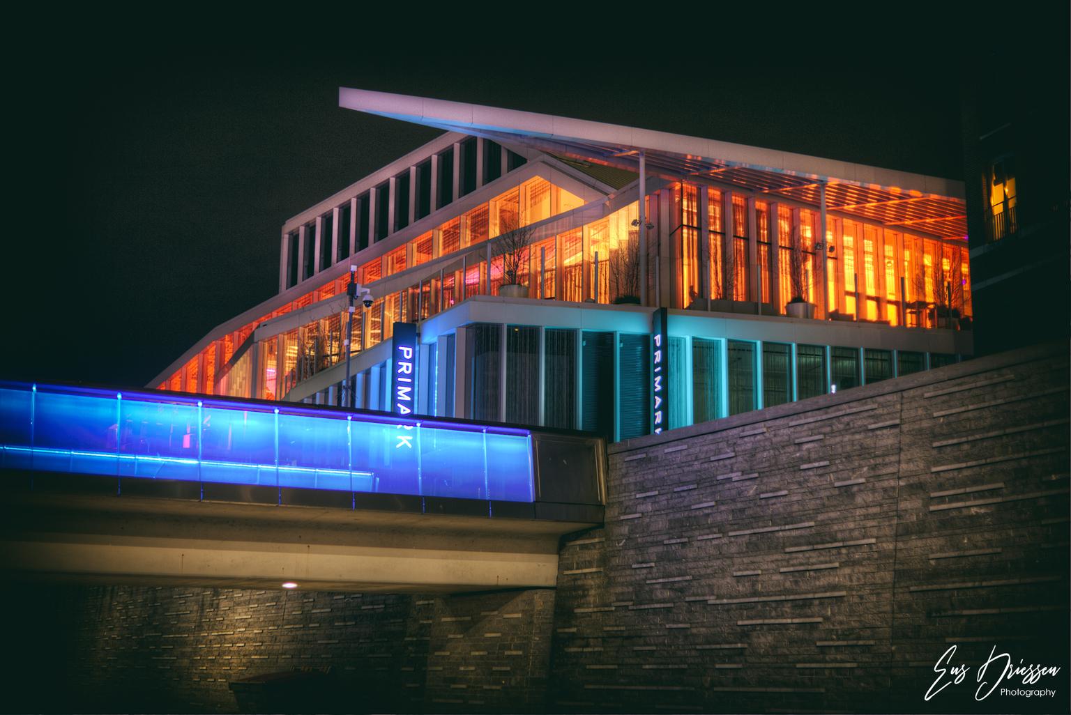 De Maaspoort in Venlo - De Maaspoort Theater & Events is een theater en congrescentrum gelegen tussen de Oude Markt en de Peperstraat in Venlo. Op 24 augustus 1984 werd De M - foto door EusDriessen op 12-04-2021 - locatie: Venlo, Nederland - deze foto bevat: maaspoort, venlo, limburg, schouwburg, theater, events, oude markt, avondfotografie, licht, gebouw, rechthoek, facade, stad, lucht, elektrisch blauw, vermaak, commercieel gebouw, lettertype