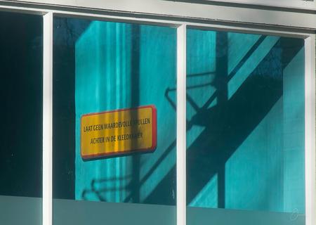 """Kleedkamer - Het wordt """"mooi"""" duidelijk gemaakt. - foto door jacobsince1963 op 28-02-2021 - deze foto bevat: kleur, licht, schaduw, tegenlicht, straatfotografie"""