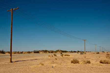 De Californische woestijn - Na 50 km het binnenland in gereden te hebben was de meest opvallende begroeing eigenlijk die rare rechte staken met draden aan de bovenkant, een plan - foto door kosmopol op 22-07-2012 - deze foto bevat: electriciteit, woestijn, kabels, californie, kosmopol
