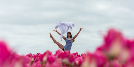 wies - - - foto door darka op 05-05-2020 - deze foto bevat: vrouw, lucht, tulpen, lente, natuur, licht, landschap, model, meisje, ballet, ballerina