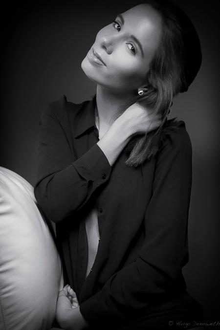 Sofie - Model: Sofie Make-up: Cleo - foto door zwartwitklik op 25-03-2016 - deze foto bevat: vrouw, donker, licht, portret, schaduw, model, ogen, zwartwit, glamour, fotoshoot, visagie, lowkey