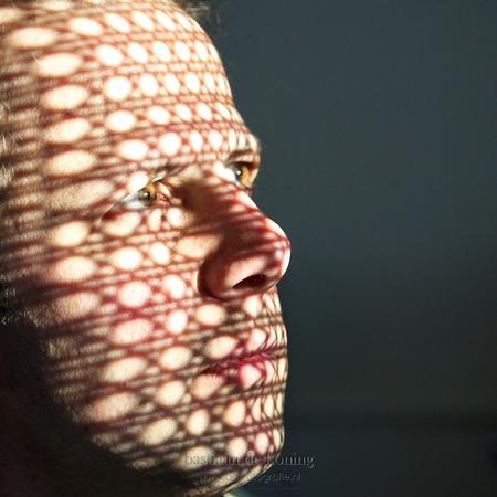 Zonlicht en schaduw - (ik ben er weer ;-) Via een raam aan de oostkan van ons huis reflecteert de avond zon hard naar binnen, dwars door de rugleuning van een oude stoel. - foto door BasLeiden op 19-04-2010 - deze foto bevat: portret, zelfportret, gezicht, zonlicht