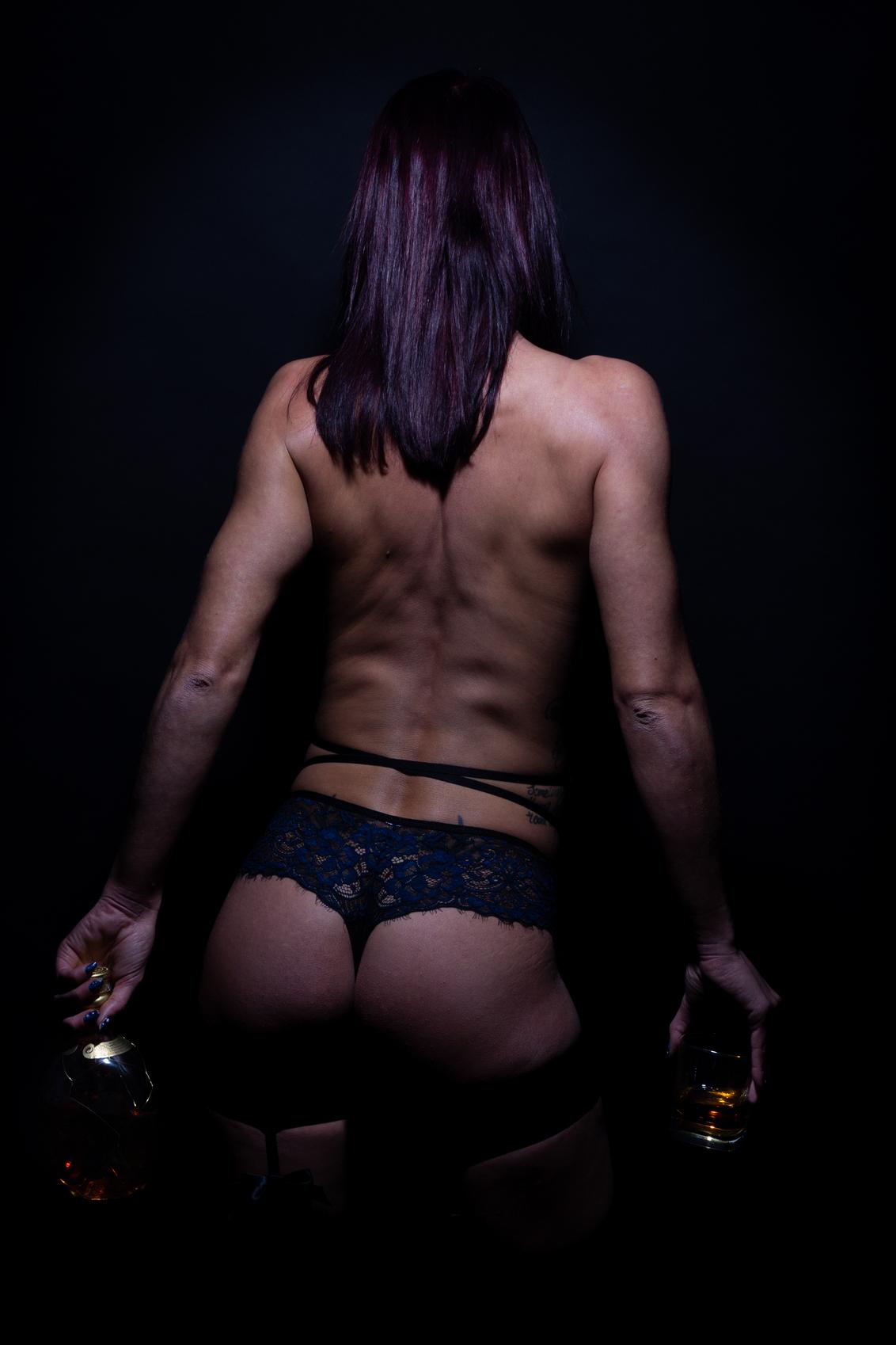 whiskey and wives - whiskey and wives - foto door frmike op 12-02-2019 - deze foto bevat: vrouw, portret, model, erotiek, naakt, pose, lingerie, studio, photoshop, fotoshoot