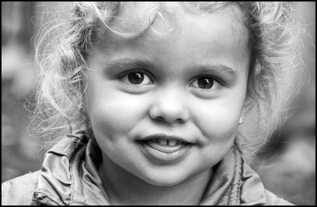 Tongetje - - - foto door etiennec op 29-11-2015 - deze foto bevat: mensen, portret, kinderen, zwartwit, straatfotografie